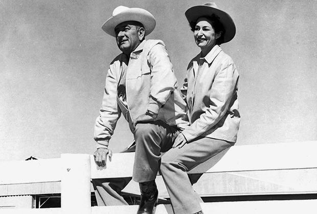 Линдон Джонсон с супругой Леди Берд позируют на заборе своего ранчо, 1963 год
