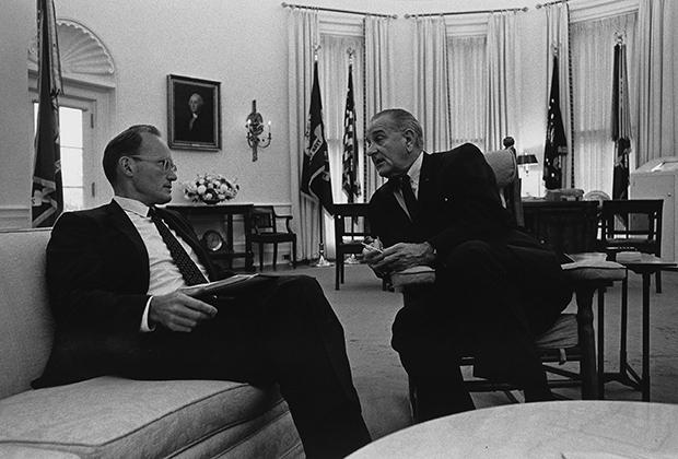 Линдон Джонсон с советником Макджорджем Банди в Овальном кабинете