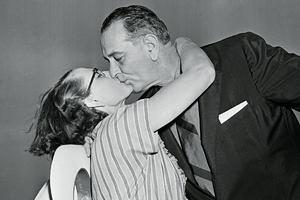 Линдон Джонсон целует секретаршу Глинн Стегалл
