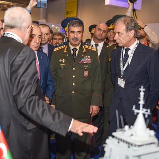 Министр обороны Азербайджана Закир Гасанов (в центре)