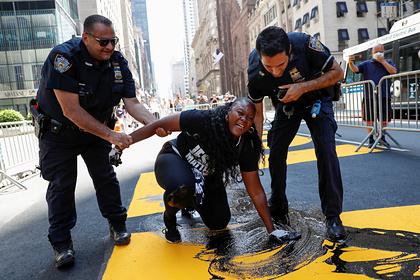 Афроамериканка облила краской надпись Black Lives Matter в Нью-Йорке