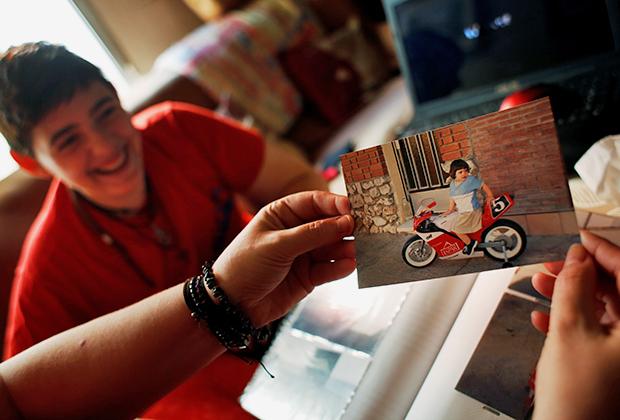 Трансгендерный подросток Габриэль Диаз де Туданка (Gabriel Diaz de Tudanca) смотрит свои детские фотографии с матерью