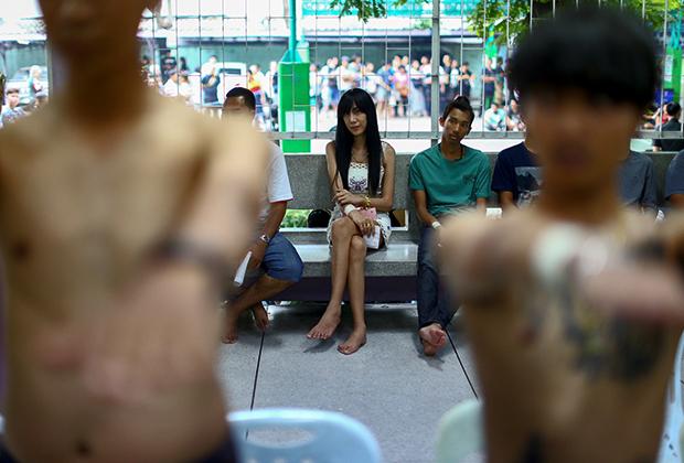 Трансженщина Канфитча Сунсук (Kanphitcha Sungsuk) ждет медицинского осмотра во время призыва на военную службу, Таиланд