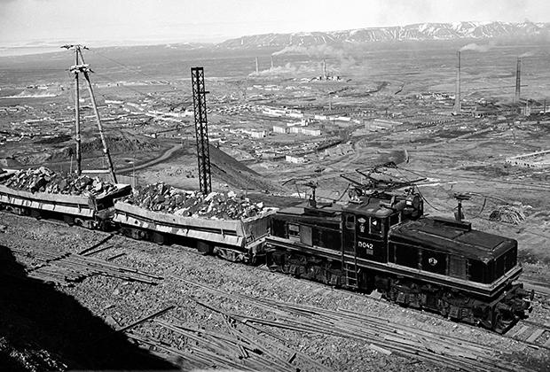 Транспортировка руды на месторождении в Норильске, 1959 год