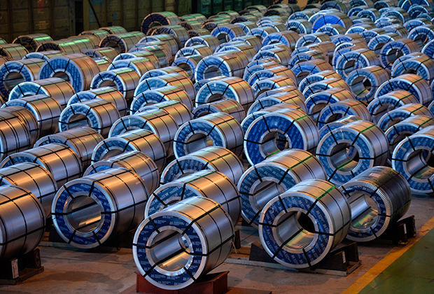 Готовая продукция в цехе комплекса по производству оцинкованного проката на Магнитогорском металлургическом комбинате
