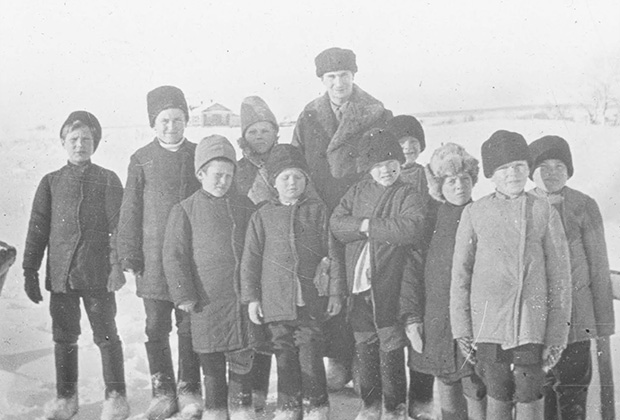 Британский квакер Грегори Уэлч с детьми-беженцами в Могутове