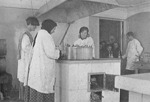 На молочной кухне в Сорочинском, организованной квакерами. Крайняя слева — американка Алис Дэвис. Справа возле двери — русская сотрудница квакерской миссии, чемпионка России по теннису в 1910-1912 годах, Надежда Викторовна Мартынова-Данилевская