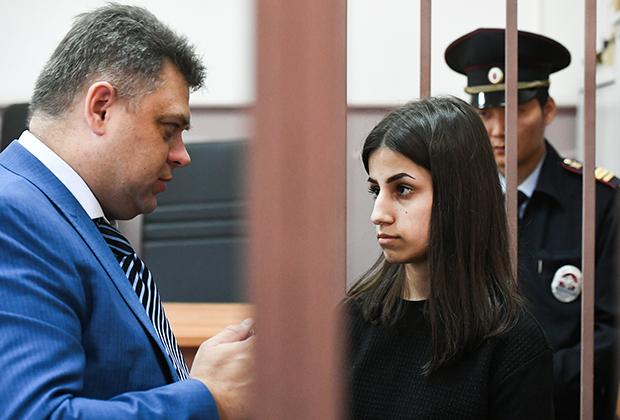 Ангелина Хачатурян и ее адвокат Алексей Паршин