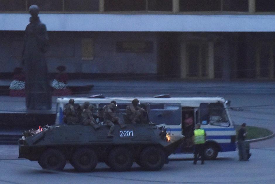 Украинские спецназовцы неподалеку от захваченного в Луцке автобуса, 21 июля 2020 года