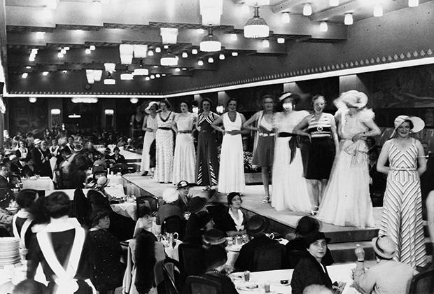 Показ коллекции женской одежды в универмаге Le Bon Marché, 1925 год