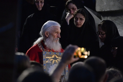 Захваченный опальным священником монастырь начали покидать монахи и миряне