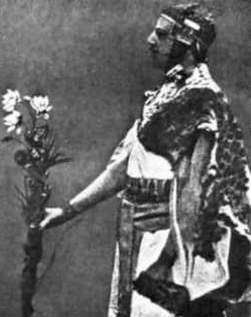 Один из основателей герметического ордена «Золотая заря» проводит ритуал в египетском одеянии