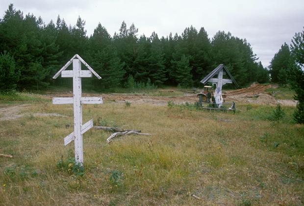 Поклонный крест у р. Мезень, 1886 года установки. 2000 год