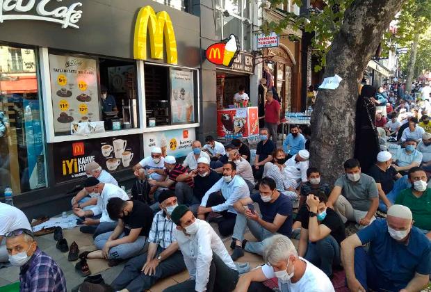 Верующие на улицах Стамбула
