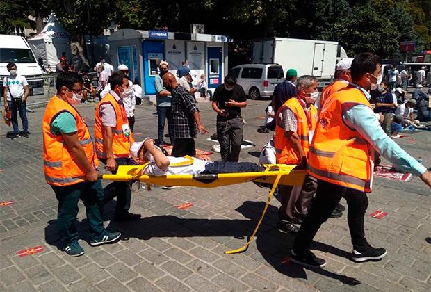 Сотрудники скорой оказывают помощь одному из верующих