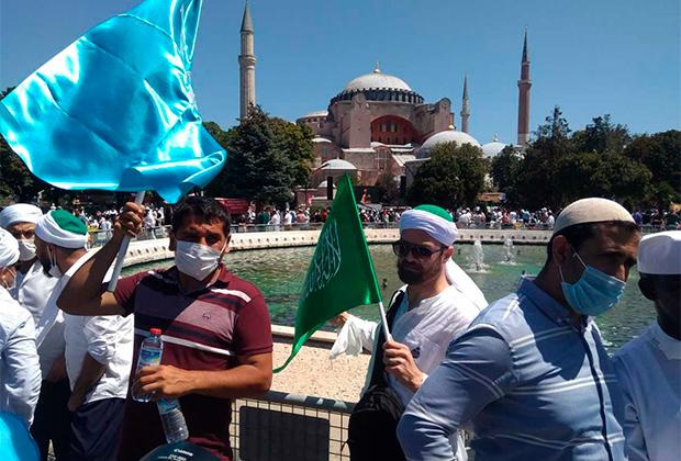 Верующие на фоне собора Святой Софии