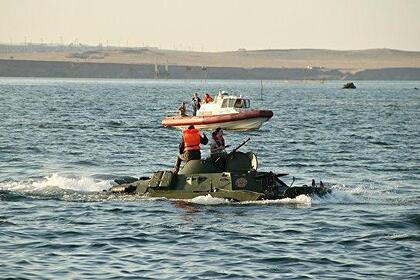 Опубликовано видео с места затопления бронемашины в Керченском проливе