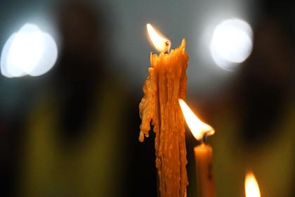 В России подросток прикурил от свечи в церкви на видео и заинтересовал полицию