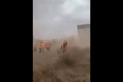 Ураган снес часть стены Трампа на границе с Мексикой