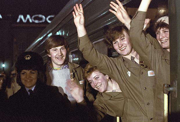 Москвичи провожают бойцов Всесоюзного ударного комсомольского отряда имени XXVII съезда КПСС на важнейшие стройки двенадцатой пятилетки