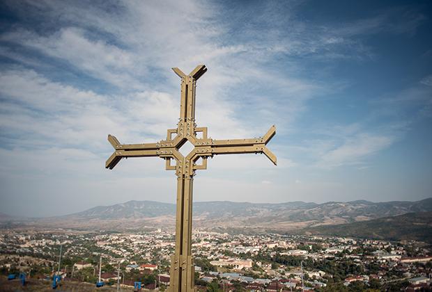 Крест над столицей Нагорного Карабаха — Степанакертом