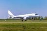 Новая версия Airbus ACJ319neo создана на основе пассажирского лайнера А319neo и оборудована новейшими двигателями и топливными баками, которые позволили улучшить показатели дальности полета и расхода топлива. Теперь бизнес-джет может доставить пассажиров на расстояние до 12,5 тысячи километров и набирать максимальную высоту в 12,5 тысячи метров. <br></br> Примечательно, что во время тестового полета ACJ319neo установил рекорд по длительности беспосадочного рейса среди семейства лайнеров A320, успешно выполнив 16-часовой перелет.