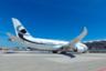 Первый пассажирский Boeing Dreamliner был выпущен в 2011 году, а спустя несколько лет, в 2014-м, производитель в коллаборации с корпорациями Kestrel Aviation и Greenpoint Technologies создал бизнес-версию самолета, известную как Boeing 787-8 BBJ. <br></br> Его первоначальная стоимость составляла 224,6 миллиона долларов, а последующие улучшения, которые обошлись в дополнительные 100 миллионов долларов, сделали самолет еще более роскошным. За эту сумму дизайнеры превратили воздушное судно в комфортабельный летающий особняк, в котором могут разместиться до 40 пассажиров.
