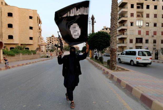 Террорист ИГ с флагом группировки