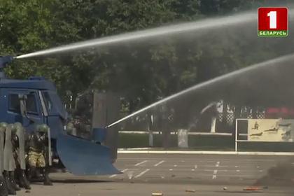 Войска устроили для Лукашенко показательный разгон протестующих водометами