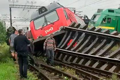 Два грузовых поезда столкнулись и сошли с рельсов в Петербурге