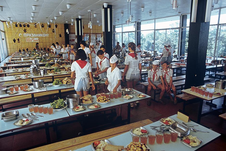 1982 год. Школьники из Всероссийского пионерского лагеря ЦК ВЛКСМ «Орленок» во время дежурства в столовой