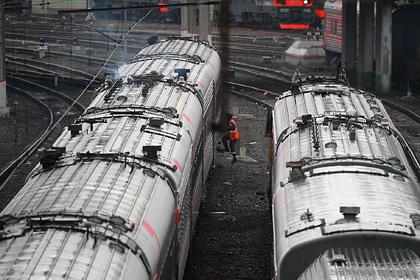 Российский контрактник выпал из движущегося поезда и погиб