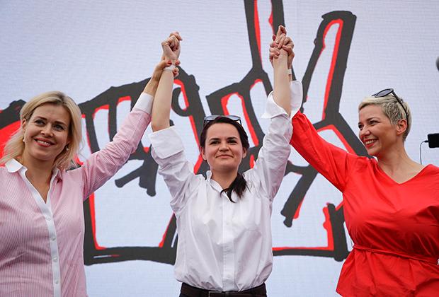 Справа — Мария Колесникова, представитель штаба Виктора Бабарико; в центре — Светлана Тихановская; слева — жена незарегистрированного соперника президента Валерия Цепкало Вероника.