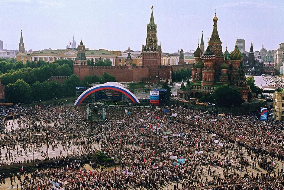 Митинг-концерт в поддержку Бориса Ельцина на Васильевском спуске в Москве в 1996 году