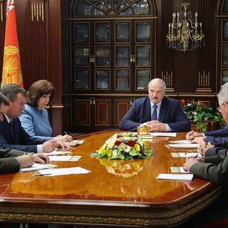 Президент Белоруссии Александр Лукашенко на срочном совещании с членами Совета безопасности Белоруссии
