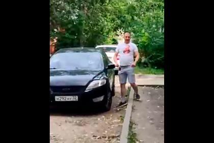 Россиянин с молотком ударил двух девушек, разбил автомобиль и попал на видео