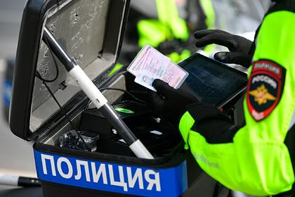 Россиянам начали выдавать водительские права на трех языках