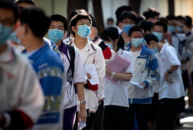 Учащиеся в масках в очереди на гаокао