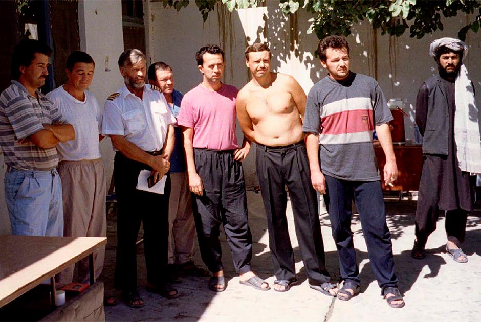 Семь российских летчиков с одним из похитителей во дворе дома в Кандагаре. 6 октября 1995 года