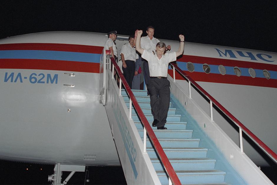 Семь российских летчиков благополучно вернулись на родину бортом МЧС России из Абу-Даби. Москва, 18 августа 1996 года