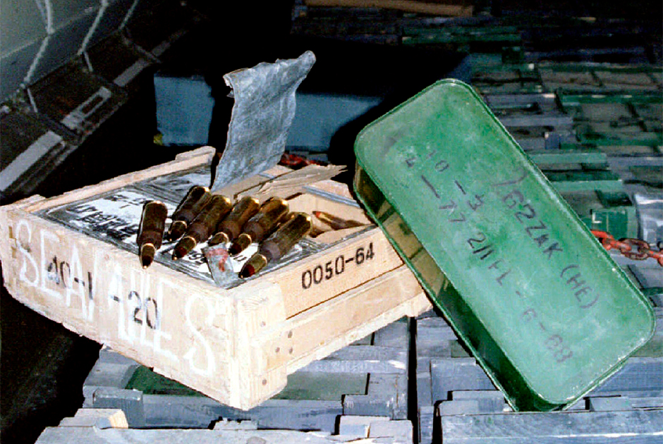 Ящики с боеприпасами в грузовом отсеке российского самолета Ил-76 на аэродроме в Кандагаре, Афганистан. Фото сделано 12 августа 1995 года
