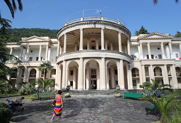 Здание пансионата «Амра» в Гагре
