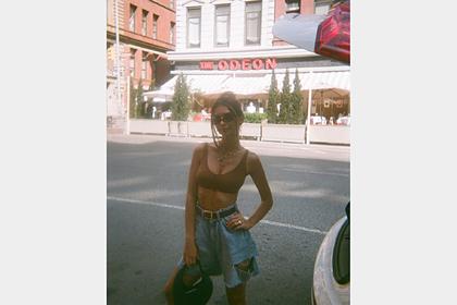 Эмили Ратаковски поделилась фото в топе и рваных шортах в стиле 90-х