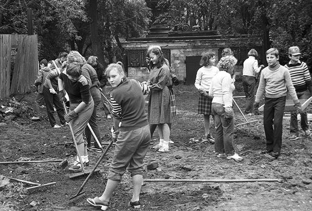 Школьники на субботнике по благоустройству территории Донского монастыря, 1987 год