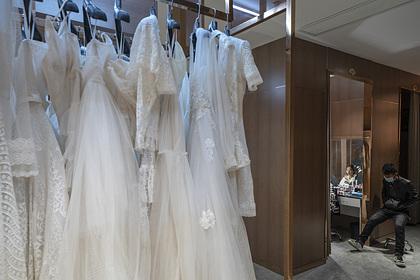 Жених и невеста запретили гостям снимать каблуки на свадьбе и прослыли козлами