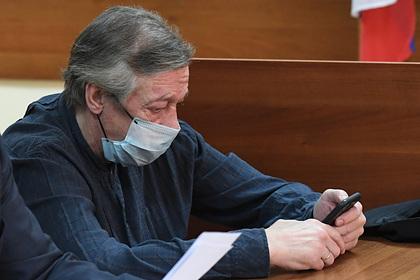 Ефремова засняли в суде с запрещенным под домашним арестом телефоном