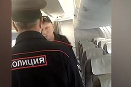 Полицейский отчитал закурившего в самолете в Анапу россиянина и попал на видео