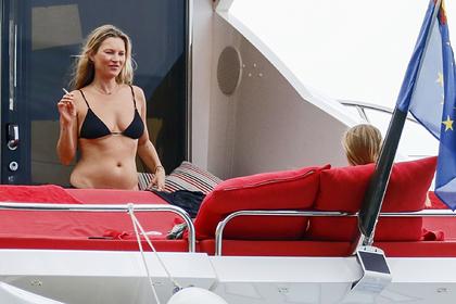 Кейт Мосс засняли во время отдыха на роскошной яхте в бикини и без макияжа