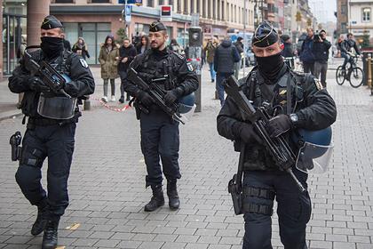 Мужчина захватил заложников в банке во Франции