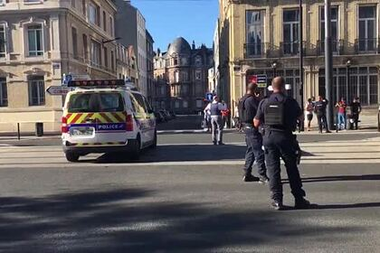 Оцепленный банк со взявшим заложников мужчиной во Франции показали на видео